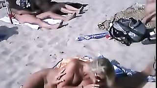 Бесстыжие нудисты во всю трахаются на пляже онлайн